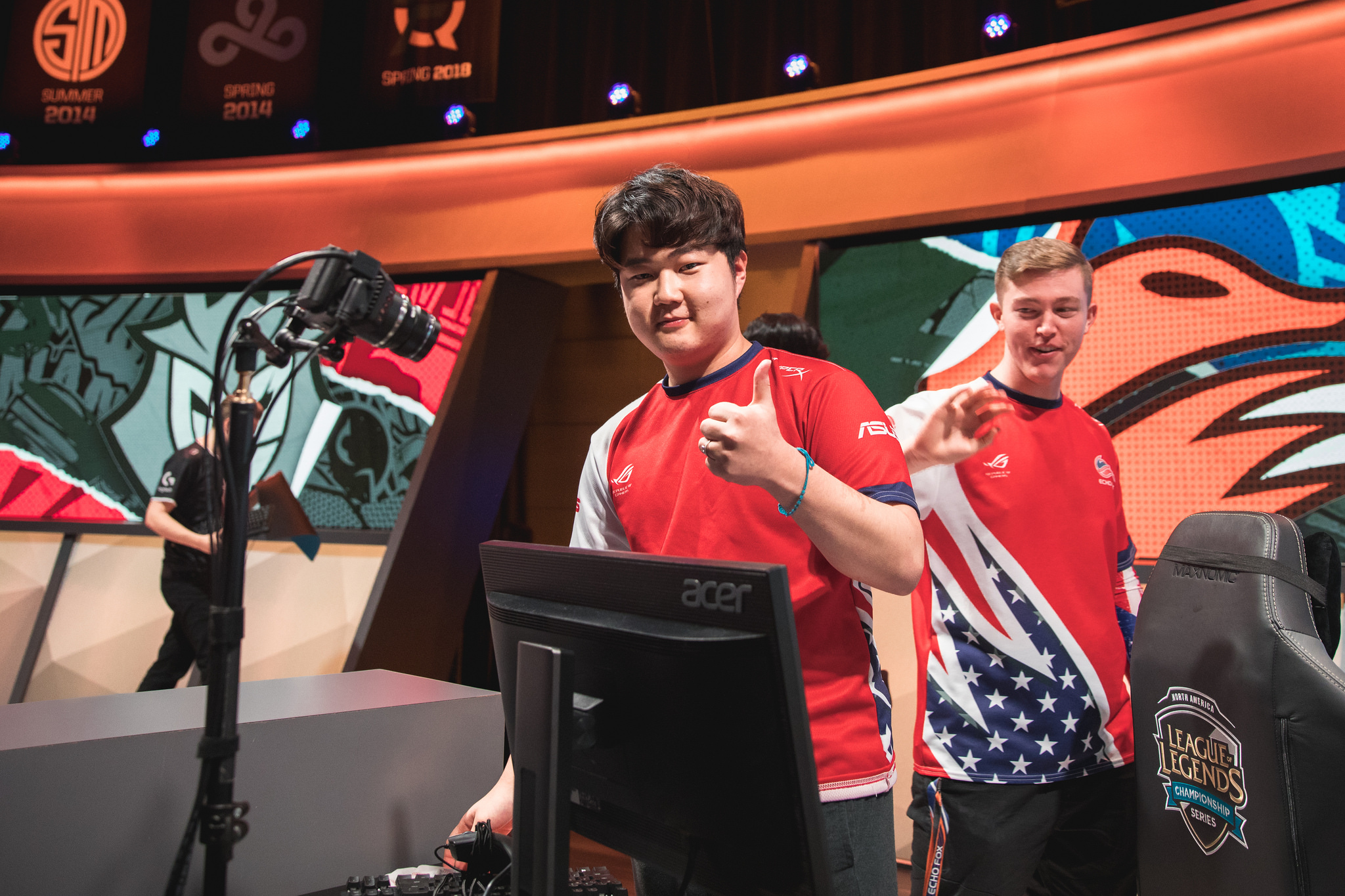 Professional players should be allowed to stream on League's