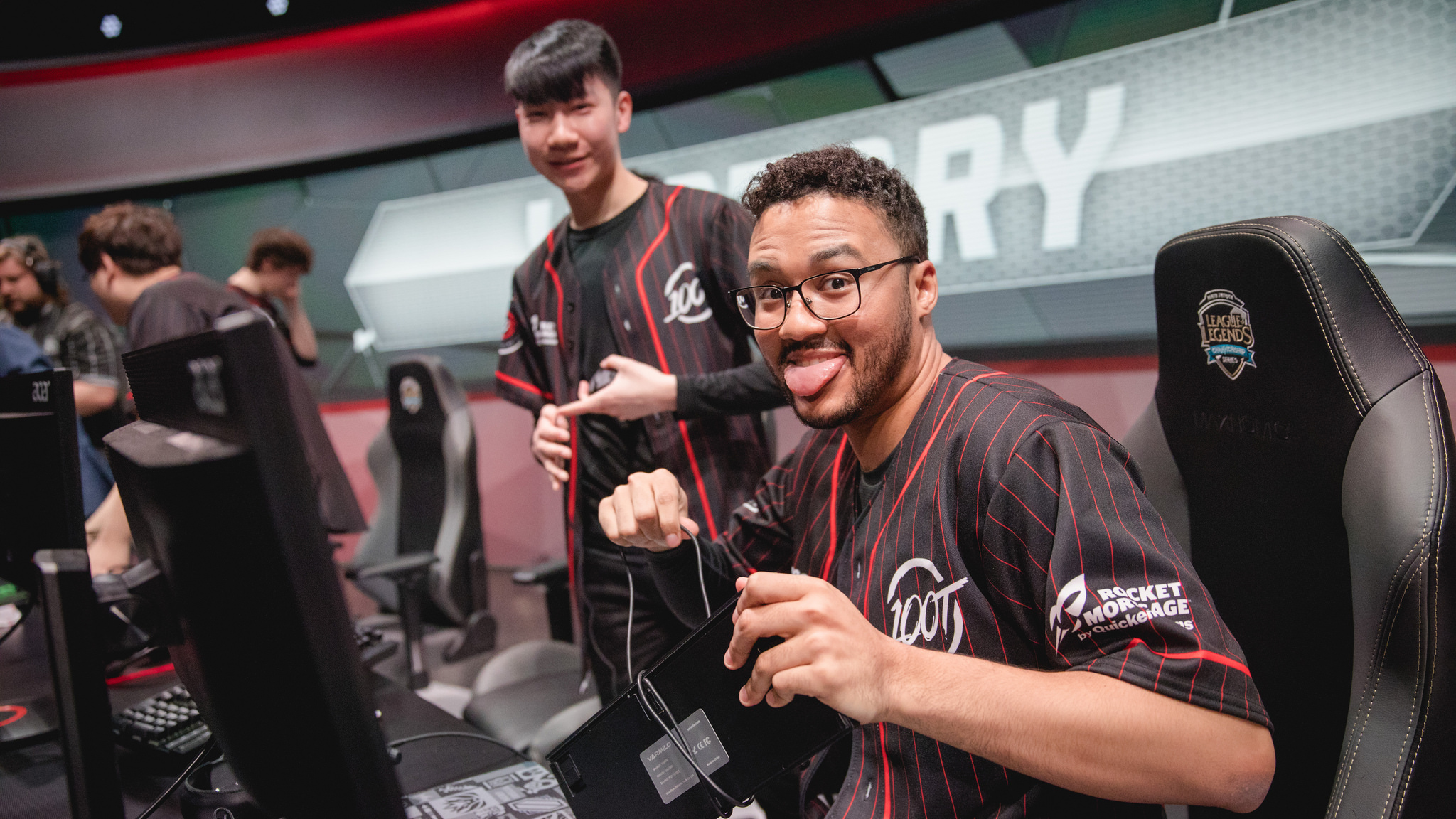 Aphromoo defeats his former CLG teammates as 100 Thieves remain undefeated  in the NA LCS