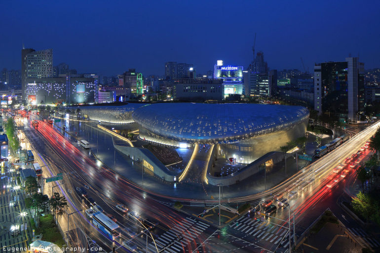 1280px-Dongdaemun_Design_Plaza_at_night_Seoul_Korea