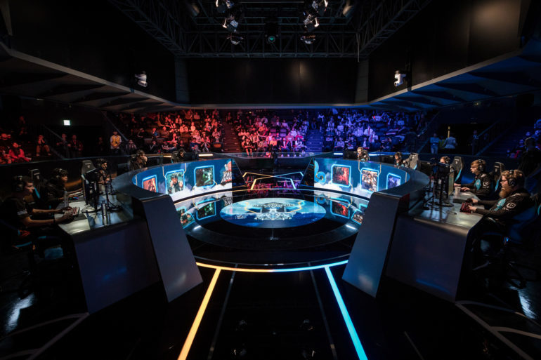 Foto do Palco do Mundial de League of Legends com jogadores